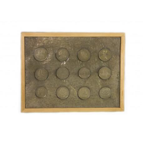 Pudełko z wizerunkami monet PRL na pokrywie